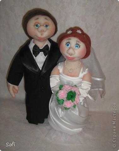 Доброго времени суток СТРАНА!!!!!!!!!Вот наконец то свершилось чудо, и у меня появился заказ на  молодожёнов, чему несказанно обрадовалась, так как это были не домовые и попики которые всем так полюбились, а жених и невеста. Вот так я справилась с этим интересным заказом. Уехали мои молодожёны в Израиль, на свадьбу, в качестве подарка для молодожёнов. фото 1