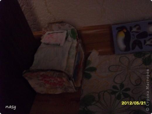 Огромный всем приветик гости моего нового блога!На днях я смастерила маленькую квартирку для куколки Полинки(8-10см)Я сделала её за 1час.У всех в доме есть письменный стол так вот девочки любители куколок Полинок,Мокси,Братц и прочии все сюда!Не для кого не секрет что уже учебный год заканчиваеться и уже многие сдали учебники внизу письменного стола есть полка ,а сейчас она свободна!Поэтому предлагаю сделать отличную игрушку кукольную квартирку.Квартирка состоит из: Кроватки Кухни  Шкафчика  Первого этажа  Двухъярусной кроватки которую я сделала по мк Тимофеевны вязанного коврика и телевизора. фото 8