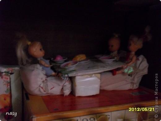 Огромный всем приветик гости моего нового блога!На днях я смастерила маленькую квартирку для куколки Полинки(8-10см)Я сделала её за 1час.У всех в доме есть письменный стол так вот девочки любители куколок Полинок,Мокси,Братц и прочии все сюда!Не для кого не секрет что уже учебный год заканчиваеться и уже многие сдали учебники внизу письменного стола есть полка ,а сейчас она свободна!Поэтому предлагаю сделать отличную игрушку кукольную квартирку.Квартирка состоит из: Кроватки Кухни  Шкафчика  Первого этажа  Двухъярусной кроватки которую я сделала по мк Тимофеевны вязанного коврика и телевизора. фото 11