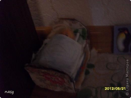 Огромный всем приветик гости моего нового блога!На днях я смастерила маленькую квартирку для куколки Полинки(8-10см)Я сделала её за 1час.У всех в доме есть письменный стол так вот девочки любители куколок Полинок,Мокси,Братц и прочии все сюда!Не для кого не секрет что уже учебный год заканчиваеться и уже многие сдали учебники внизу письменного стола есть полка ,а сейчас она свободна!Поэтому предлагаю сделать отличную игрушку кукольную квартирку.Квартирка состоит из: Кроватки Кухни  Шкафчика  Первого этажа  Двухъярусной кроватки которую я сделала по мк Тимофеевны вязанного коврика и телевизора. фото 12