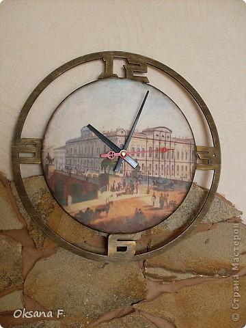 Эти часы делала на заказ. Одним из условий было наличие изображения Аничкова моста в Питере. фото 1