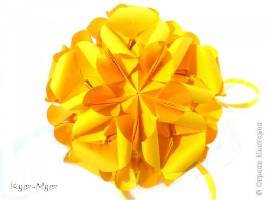 """Всем добрый вечер! Приглашаю Вас на """"Бал цветочных кусудам"""", благодарю работам наших конкурсантов, Вы можете любоваться красотой, весной и праздником! Однажды в сад, на бал цветов, На конкурс красоты, Приехали из всех садов Прекрасные цветы: В платье розовом, мила, От взгляда Олеандра млея, Благоухала и цвела Принцесса Орхидея. Из Африки ступила в зал Горда и утончённа, Приехавшая в сад, на бал, Амари Белладона. Испанская Магнолия И Кактус из Италии. Весёлый Каланхое И пышная Азалия, Явились из Австралии. Гибридная Бегония Взглядом лишь одним, Наполненым иронией Взглянула на Жасмин. А в отражении зеркал Любуясь сам собой, Нарцисс приехавший на бал, Гордился красотой. В атласном платье и в шелках, Тая в шипах угрозу, За шагом шаг, за шагом - шаг, Вальсировала Роза. И для жюри труд был тяжёл - Пришлось им долго спорить - Из представленных цветов, Кого же удостоить!... А за оградой, в этот час, Сплетаясь стебельками, С них не сводили чистых глаз Ромашки с васильками. Ромашка так была проста, Скромна и совершенна, Для Василька она была - Принцесса, королевна. И Василёк, её любя, Сказал Ромашке белой - Единственная, я тебя Считаю королевой! Тем, кто читает между строк: Здесь совершенно прав Голубоглазый Василёк, Любимую избрав, И не кичитесь красотой, Ведь истина проста, Что не сравнится с чистотой Любая красота! (источник http://www.liveinternet.ru/users/lora_bern/rubric/1116139/)  По многочисленным просьбам, по мнению оценивающих работы.... я внесла изменения в ход голосования за работы наших конкурсантов. И так: 1.) На конкурс было прислано 16 работ, они разбиты на два этапа голосования, по 8 работв в каждом.  2.) Вы можете проголосовать за 4 работы в двох постах (по две в каждом или 4 в одном). 3.) Прежде, чем голосовать, оставьте свой комментарий, похвалите наших конкурсантов, поддержите участников.... (это личная просьба). 4.) Если вы хотите проголосовать, выделите жирным шрифтом № и название кусудамы в комментариях 5.) Запрещаеться голосовать: -  """"Гостям"""". Гости м"""