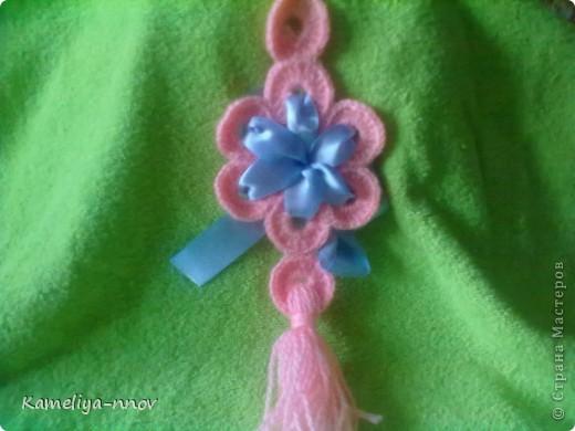 Нежно-розовая подвеска с голубой ленточкой