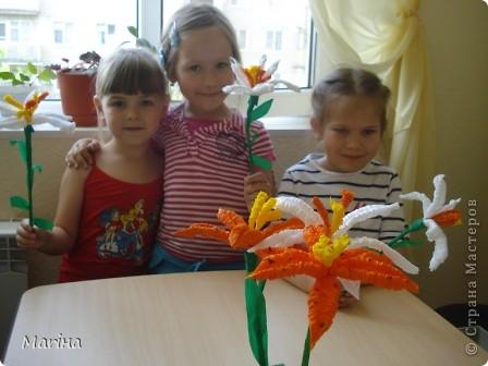 Всем здравствуйте! Лето - пора цветов, вот и у нас расцвели лилии, а заодно и научились делать гофротрубочки. Дошкольники решили сделать белые лилии. фото 1