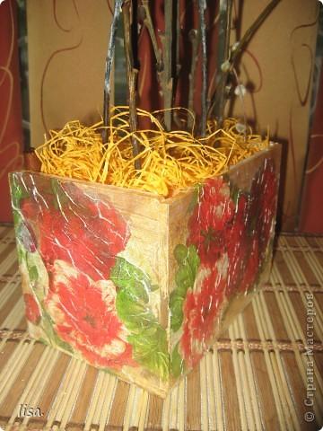 Продолжаю создавать наборчик на кухню и к моим баночкам для специй придумала стойку для вербы.Задекорировала её той же салфеткой и получилось вот такое произведение!Внутри коробочки пенопласт,сверху  материал из цветочного магазина.Вообщем всё сделано из подручного материала.Никаких затрат! фото 2