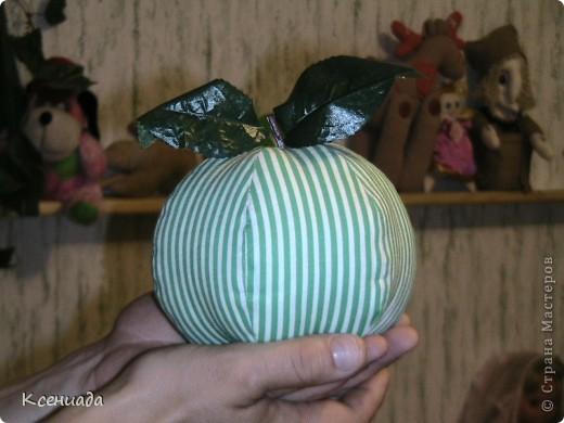 Захотелось мне маленьких яблочек нашить, а получилось одно и большое! Решила его мужу подарить! фото 1