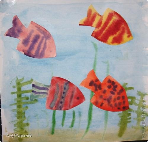 """Все утро с дочей (2,9 г.) пыхтели, шедевры творили :) Ей так понравилось, что гулять пошли на час позже обычного...  Рыбок я вырезала из бумаги, а доча их раскрашивала. Фон рисовали отдельно. А потом """"запускали"""" рыбок в """"море"""". фото 1"""