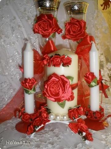 свадебный набор из 5-и предметов Страсть.Большие розы и бутоны выполнены из атласной ленты вручную,украшены цветами из ткани и бусинами.Цветы,расположенные на бокалах закреплены на резинках,поэтому при мытье легко снимаются.Дополнительно так же можно оформить бутылки с шамнанским и фоторамку (она в процессе оформления). фото 1