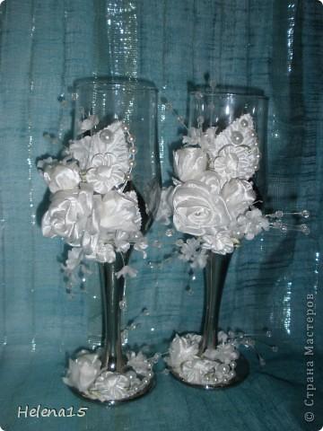 свадебный набор из 5-и предметов Страсть.Большие розы и бутоны выполнены из атласной ленты вручную,украшены цветами из ткани и бусинами.Цветы,расположенные на бокалах закреплены на резинках,поэтому при мытье легко снимаются.Дополнительно так же можно оформить бутылки с шамнанским и фоторамку (она в процессе оформления). фото 4