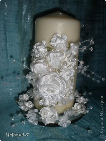 свадебный набор из 5-и предметов Страсть.Большие розы и бутоны выполнены из атласной ленты вручную,украшены цветами из ткани и бусинами.Цветы,расположенные на бокалах закреплены на резинках,поэтому при мытье легко снимаются.Дополнительно так же можно оформить бутылки с шамнанским и фоторамку (она в процессе оформления). фото 5