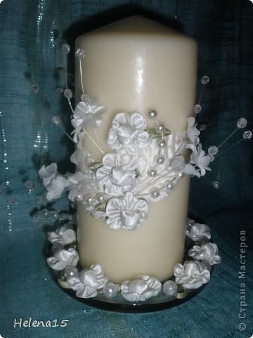 свадебный набор из 5-и предметов Страсть.Большие розы и бутоны выполнены из атласной ленты вручную,украшены цветами из ткани и бусинами.Цветы,расположенные на бокалах закреплены на резинках,поэтому при мытье легко снимаются.Дополнительно так же можно оформить бутылки с шамнанским и фоторамку (она в процессе оформления). фото 6