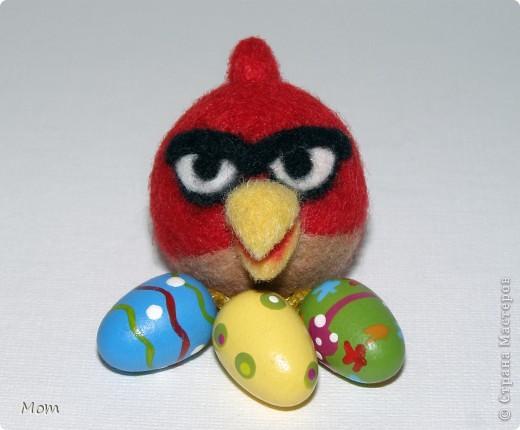 Красная птичка Angry Birds из известной видеоигры. А злые в этой игре птички потому, что свинки воруют у них яйца и делают яичницу- глазунью. Я не играю в видеоигры, а вот дети мои от них в восторге.  фото 2