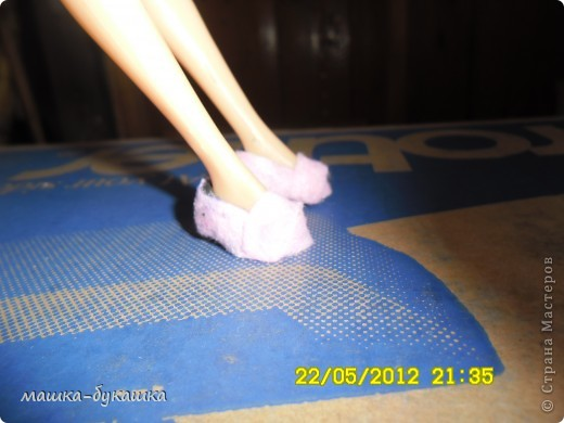Здравствуйте дети и их родители в этом блоге я хочу рассказать как делать тапочки для куклы барби.Итак приступим... фото 22