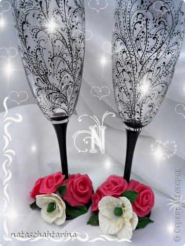 Оставалось после свечи два белых цветочка долепила розы и вот что получилось.Девочки еще нужен совет чем покрыть цветы кроме акрилового лака глянец, что бы они были более устойчивы к влаге. фото 1