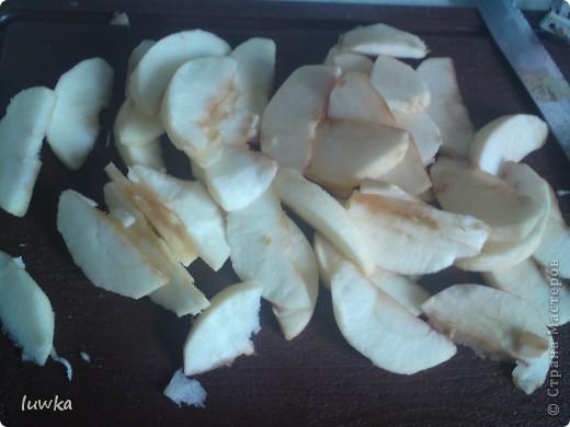 """Очень простой, но вкусный пирог. Говорят, что его назвали """"Цветаевским"""", т.к. М.Цветаева очень любила угощать своих гостей этим пирогом. Рецепт взяла отсюда http://zakupka.tv/recipe_view_id486  Ингредиенты     Лимонный сок: 1 ст. ложка     Яблоки: 2 шт     Яйцо куриное столовое: 1 шт     Масло сливочное: 150 гр     Сода: 1 чайная ложка     Уксус столовый (9%): 1 ст. ложка     Сахарный песок: по вкусу(1стакан)     Сметана (жирностью 20 %): 400 гр     Мука пшеничная высшего сорта : 200 гр  фото 3"""