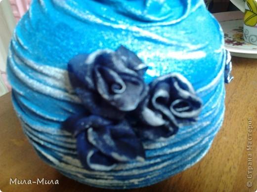 Соединила бутылочку и шапочку,подкрасила краской синей,затем прошлась серебристой губочкой, фото 2