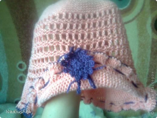 вот такую панамку я связала на лето моей доче. К сожалению, бликует, на самом деле обвязка и цветок не синие, а фиолетовые.   схемка вот отсюда http://fashionhobby.com/vjazanie-shemi-krjuchok-det-shapki/1370 фото 1