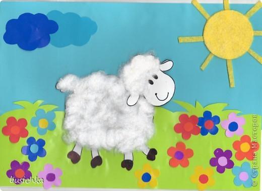"""Вот такая у нас вышла овечка-повторюшка. Сынуле (1 год 8 мес) очень нравится стишок про овечку: Не спеша шагает с речки, В шубе ей тепло, как в печке. Подойдёт она к избе И зовёт меня: БЕ-БЕ! Приклеили небо - оно голубое и вверху, приклеили травку - она зеленая и внизу. Кирюша намазывал клеем и показывал где должно быть небо, а где травка, я приклеивала. Солнышко сделали из салфетки для пыли. Малому очень понравилось его гладить пальчиками - шершавое ))) Намазал солнышко клеем, сам приклеил на небо. Я склеила две тучки вместе и """"Ой, на наше солнышко налетели тучки и спрятали его! (закрыла солнышко тучками) Нужно солнышку помочь. Давай тучки приклеим подальше от солнышка, чтоб они его больше не закрывали"""" Кирюша показал, где это """"подальше"""" от солнышка, навазюкал клеем тучки и приклеил их. Провел пальчиком по тучкам - гладкие (мелованая бумага), по солнышку - шершавое. Теперь пришла очередь овечки. Рассказали стишок и начали одевать ее в шубку. Вырезала овечку целиком и отдельно голову. Целую овечку клеем намазывал Кирилл, голову - я. Показала, как отрывать кусочки ваты и """"одевать"""" овечку. Оторвал 3 кусочка, потом отдал мне, дальше я отрывала он клеил. Клеил как хотел, потом я показала места куда добавить ваты и подправила """"прическу"""". На отдельную голову приклеили """"чубчик"""". Приклеила голову на место. За счет ваты на основе наша овечка может кивать головой )))). """"Овечка любит есть травку и цветочки. Давай посадим цветочки для овечки"""" и тут меня ребенок удивил... раньше брал цветок, намазывал его клее и приклеивал, а тут взял клей, навазюкал клеем небольшое пятно на лужайке и приклеил туда цветок! Так сделал со всеми цветами, я называла их цвета. Потом серединки, но видно устал творить и осилил всего 5, остальные клеила я - он смотрел. Ну вот как-то так )))) фото 1"""