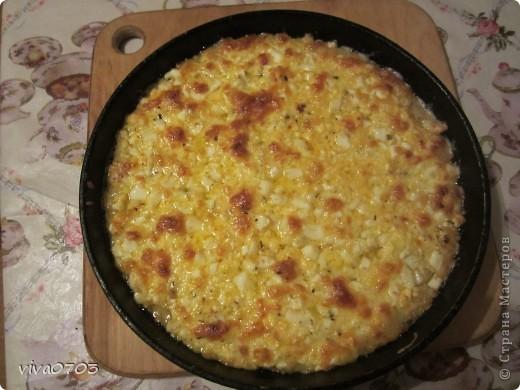 Это блюдо грузинской кухни.Это быстрый,очень простой и вкусный пирог. Можно замесить на рисовой или пшеничной муке. Замесить жидкое тесто из 500г. муки и 350мл воды. Начинка: 5 яиц, 400г брынзы,200г слив. масла(я беру меньше). Яйца сварить,порезать кубиками, сыр натереть на терке,масло тоже порезать кубиками. В толстостенной сковороде растопить немного масла и выложить тесто, начинку и выпекать в разогретой  до 180 градусов духовке 15-20 мин.