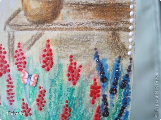 Открытка выполнена пастелью сухой и масляной, карандашами, контурами и глиттером. Покрыта лаком, но к сожалению при дневном свете глянцевого вида не видно( фото 4