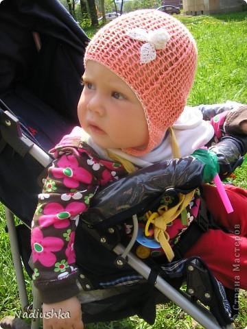 вот такую панамку я связала на лето моей доче. К сожалению, бликует, на самом деле обвязка и цветок не синие, а фиолетовые.   схемка вот отсюда http://fashionhobby.com/vjazanie-shemi-krjuchok-det-shapki/1370 фото 2