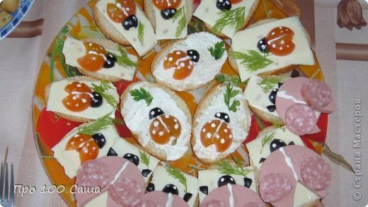 Вот такие бутербродики с божьими коровками Ингредиенты-батон,майонез,оливки,помидоры черри,сыр хохлонд,зелень. фото 1