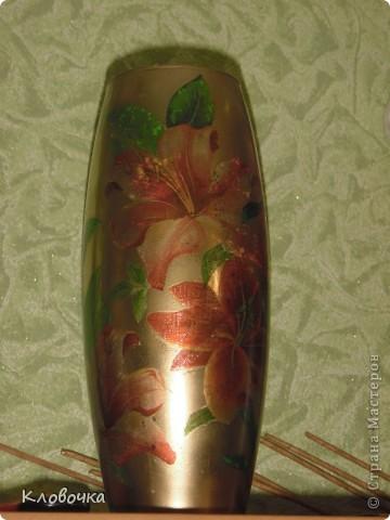 Стеклянную вазу побрызгала из балончика золотой краской,сверху салфетка, темновато получилось. фото 1