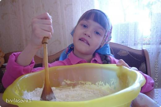 знакомьтесь- моя старшенькая  внучка Лиза.В этом году уже собираемся в школу. Большая  моя помощница! Вот и сейчас затеяли мы с ней пирог испечь... фото 1