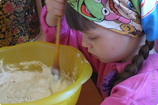 знакомьтесь- моя старшенькая  внучка Лиза.В этом году уже собираемся в школу. Большая  моя помощница! Вот и сейчас затеяли мы с ней пирог испечь... фото 3