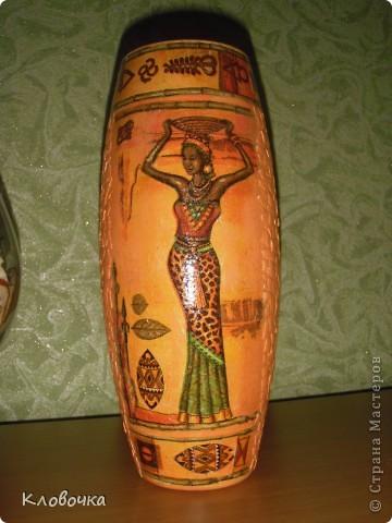 Стеклянную вазу побрызгала из балончика золотой краской,сверху салфетка, темновато получилось. фото 3