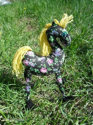 Здравствуйте, дорогие друзья!!!! Где- то промелькнула в интернете забавная лошадка, а так как я питаю страсть к этим прекрасным животным, решила создать свой домашний  табунчик.  фото 4