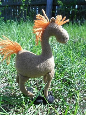 Здравствуйте, дорогие друзья!!!! Где- то промелькнула в интернете забавная лошадка, а так как я питаю страсть к этим прекрасным животным, решила создать свой домашний  табунчик.  фото 5