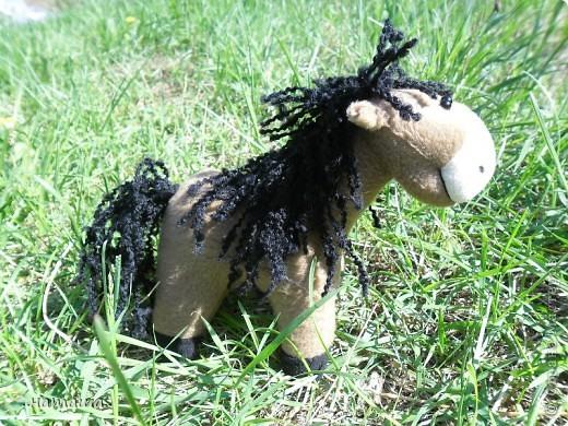 Здравствуйте, дорогие друзья!!!! Где- то промелькнула в интернете забавная лошадка, а так как я питаю страсть к этим прекрасным животным, решила создать свой домашний  табунчик.  фото 7