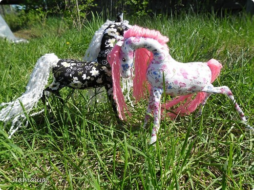 Здравствуйте, дорогие друзья!!!! Где- то промелькнула в интернете забавная лошадка, а так как я питаю страсть к этим прекрасным животным, решила создать свой домашний  табунчик.  фото 12