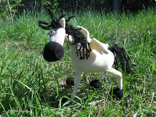 Здравствуйте, дорогие друзья!!!! Где- то промелькнула в интернете забавная лошадка, а так как я питаю страсть к этим прекрасным животным, решила создать свой домашний  табунчик.  фото 13
