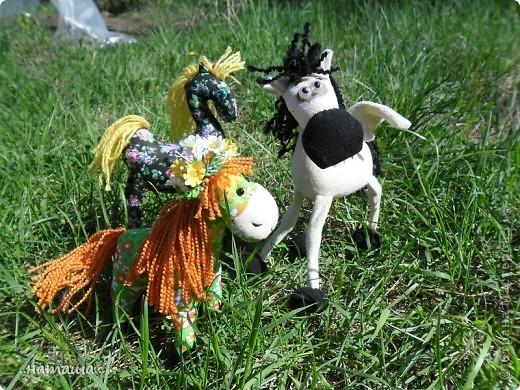 Здравствуйте, дорогие друзья!!!! Где- то промелькнула в интернете забавная лошадка, а так как я питаю страсть к этим прекрасным животным, решила создать свой домашний  табунчик.  фото 1