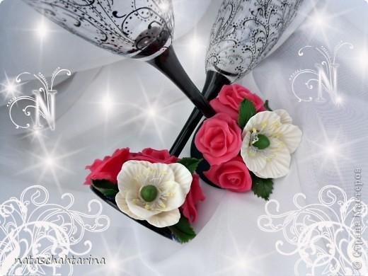 Оставалось после свечи два белых цветочка долепила розы и вот что получилось.Девочки еще нужен совет чем покрыть цветы кроме акрилового лака глянец, что бы они были более устойчивы к влаге. фото 2