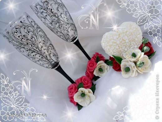 Оставалось после свечи два белых цветочка долепила розы и вот что получилось.Девочки еще нужен совет чем покрыть цветы кроме акрилового лака глянец, что бы они были более устойчивы к влаге. фото 3