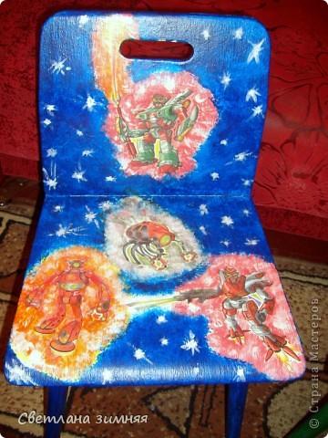 Декупаж старых стульчиков для моих младших сыночков.Пластмассовые покупные кресла не продержались и месяца,а стулья с моего детства нашлись в деревне в сарае,не заслуженно были списаны. фото 3