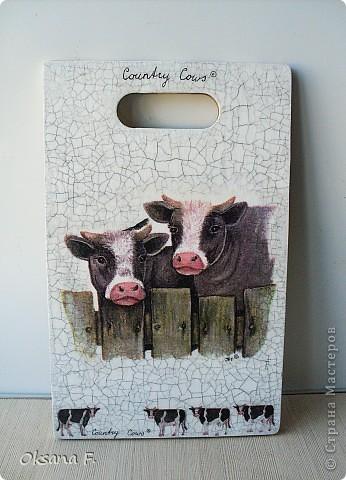 Просто так сделала сегодня вот такую досочку. Но не очень хотелось избитую кухонную тему, поэтому - коровы!)) фото 1