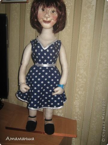 """Вот и закончила я шить эту учительницу. Кукла предназначена в подарок классному руководителю выпускного класса. Сразу посетую, не могу я никак научиться шить возрастные лица. Даме этой уже за 40, но у меня получился образ, в котором она была на первом своём уроке. Ну что ж, пусть вспомнит свою """"боевую"""" молодость. Образ получился интересный, платье в горошек и светлый жакет - было непременное условие, потому что это любимая """"форма"""" одежды. Под платьем присутствует кружевное белье, но дабы не искушать великовозрастных детишек подсмотреть, сделала его несъемным.  Туфельки замшевые на кожаной подошве, ремешки застегнуты на замочек со стразами. Указка настоящая, куплена в магазине, часы на руке, чтобы следить за временем урока, ну и классный журнал. фото 2"""
