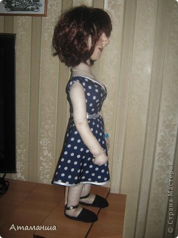 """Вот и закончила я шить эту учительницу. Кукла предназначена в подарок классному руководителю выпускного класса. Сразу посетую, не могу я никак научиться шить возрастные лица. Даме этой уже за 40, но у меня получился образ, в котором она была на первом своём уроке. Ну что ж, пусть вспомнит свою """"боевую"""" молодость. Образ получился интересный, платье в горошек и светлый жакет - было непременное условие, потому что это любимая """"форма"""" одежды. Под платьем присутствует кружевное белье, но дабы не искушать великовозрастных детишек подсмотреть, сделала его несъемным.  Туфельки замшевые на кожаной подошве, ремешки застегнуты на замочек со стразами. Указка настоящая, куплена в магазине, часы на руке, чтобы следить за временем урока, ну и классный журнал. фото 3"""