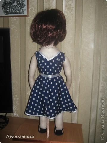 """Вот и закончила я шить эту учительницу. Кукла предназначена в подарок классному руководителю выпускного класса. Сразу посетую, не могу я никак научиться шить возрастные лица. Даме этой уже за 40, но у меня получился образ, в котором она была на первом своём уроке. Ну что ж, пусть вспомнит свою """"боевую"""" молодость. Образ получился интересный, платье в горошек и светлый жакет - было непременное условие, потому что это любимая """"форма"""" одежды. Под платьем присутствует кружевное белье, но дабы не искушать великовозрастных детишек подсмотреть, сделала его несъемным.  Туфельки замшевые на кожаной подошве, ремешки застегнуты на замочек со стразами. Указка настоящая, куплена в магазине, часы на руке, чтобы следить за временем урока, ну и классный журнал. фото 4"""