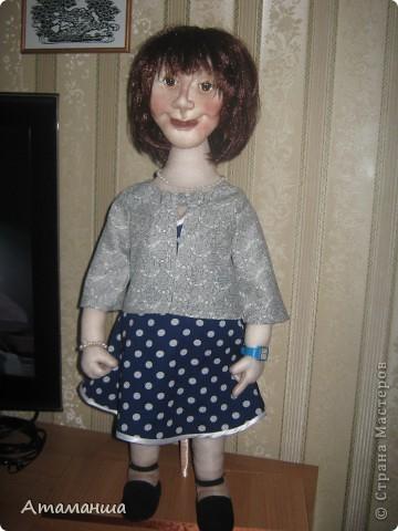 """Вот и закончила я шить эту учительницу. Кукла предназначена в подарок классному руководителю выпускного класса. Сразу посетую, не могу я никак научиться шить возрастные лица. Даме этой уже за 40, но у меня получился образ, в котором она была на первом своём уроке. Ну что ж, пусть вспомнит свою """"боевую"""" молодость. Образ получился интересный, платье в горошек и светлый жакет - было непременное условие, потому что это любимая """"форма"""" одежды. Под платьем присутствует кружевное белье, но дабы не искушать великовозрастных детишек подсмотреть, сделала его несъемным.  Туфельки замшевые на кожаной подошве, ремешки застегнуты на замочек со стразами. Указка настоящая, куплена в магазине, часы на руке, чтобы следить за временем урока, ну и классный журнал. фото 5"""