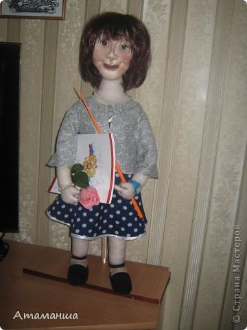 """Вот и закончила я шить эту учительницу. Кукла предназначена в подарок классному руководителю выпускного класса. Сразу посетую, не могу я никак научиться шить возрастные лица. Даме этой уже за 40, но у меня получился образ, в котором она была на первом своём уроке. Ну что ж, пусть вспомнит свою """"боевую"""" молодость. Образ получился интересный, платье в горошек и светлый жакет - было непременное условие, потому что это любимая """"форма"""" одежды. Под платьем присутствует кружевное белье, но дабы не искушать великовозрастных детишек подсмотреть, сделала его несъемным.  Туфельки замшевые на кожаной подошве, ремешки застегнуты на замочек со стразами. Указка настоящая, куплена в магазине, часы на руке, чтобы следить за временем урока, ну и классный журнал. фото 1"""