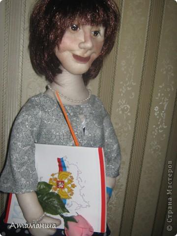 """Вот и закончила я шить эту учительницу. Кукла предназначена в подарок классному руководителю выпускного класса. Сразу посетую, не могу я никак научиться шить возрастные лица. Даме этой уже за 40, но у меня получился образ, в котором она была на первом своём уроке. Ну что ж, пусть вспомнит свою """"боевую"""" молодость. Образ получился интересный, платье в горошек и светлый жакет - было непременное условие, потому что это любимая """"форма"""" одежды. Под платьем присутствует кружевное белье, но дабы не искушать великовозрастных детишек подсмотреть, сделала его несъемным.  Туфельки замшевые на кожаной подошве, ремешки застегнуты на замочек со стразами. Указка настоящая, куплена в магазине, часы на руке, чтобы следить за временем урока, ну и классный журнал. фото 8"""