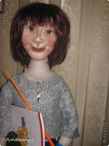 """Вот и закончила я шить эту учительницу. Кукла предназначена в подарок классному руководителю выпускного класса. Сразу посетую, не могу я никак научиться шить возрастные лица. Даме этой уже за 40, но у меня получился образ, в котором она была на первом своём уроке. Ну что ж, пусть вспомнит свою """"боевую"""" молодость. Образ получился интересный, платье в горошек и светлый жакет - было непременное условие, потому что это любимая """"форма"""" одежды. Под платьем присутствует кружевное белье, но дабы не искушать великовозрастных детишек подсмотреть, сделала его несъемным.  Туфельки замшевые на кожаной подошве, ремешки застегнуты на замочек со стразами. Указка настоящая, куплена в магазине, часы на руке, чтобы следить за временем урока, ну и классный журнал. фото 9"""