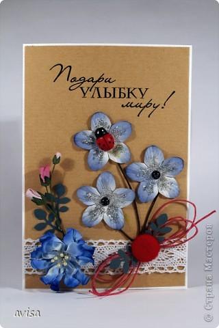 Кардсток, крафт-бумага, цветы, большой синий цветок самодельный, кружево, вощеный шнур, черные полужемчужины, божья коровка, пуговица, серебряные блестки, распечатка на принтере, дырокол листья фото 1