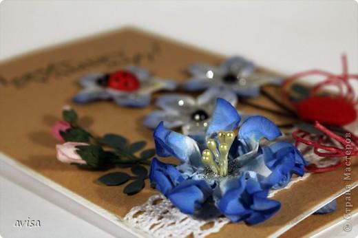 Кардсток, крафт-бумага, цветы, большой синий цветок самодельный, кружево, вощеный шнур, черные полужемчужины, божья коровка, пуговица, серебряные блестки, распечатка на принтере, дырокол листья фото 3