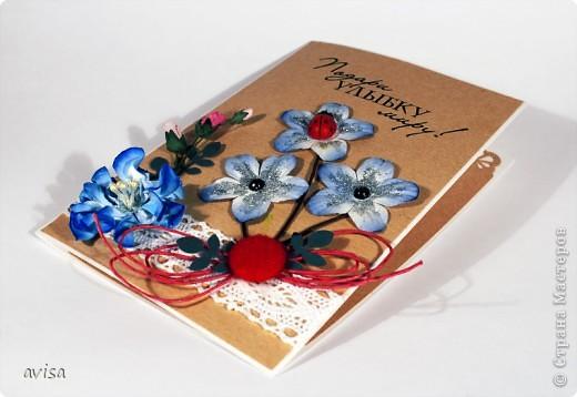 Кардсток, крафт-бумага, цветы, большой синий цветок самодельный, кружево, вощеный шнур, черные полужемчужины, божья коровка, пуговица, серебряные блестки, распечатка на принтере, дырокол листья фото 2